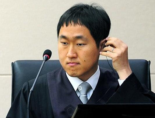 Korean blind judge, Choi Young, adjusts an earpiece as he presides over his first public ruling for a civil case at the Seoul Northern District Court in Dobong District (Photo credit: Korea Joongang Daily)