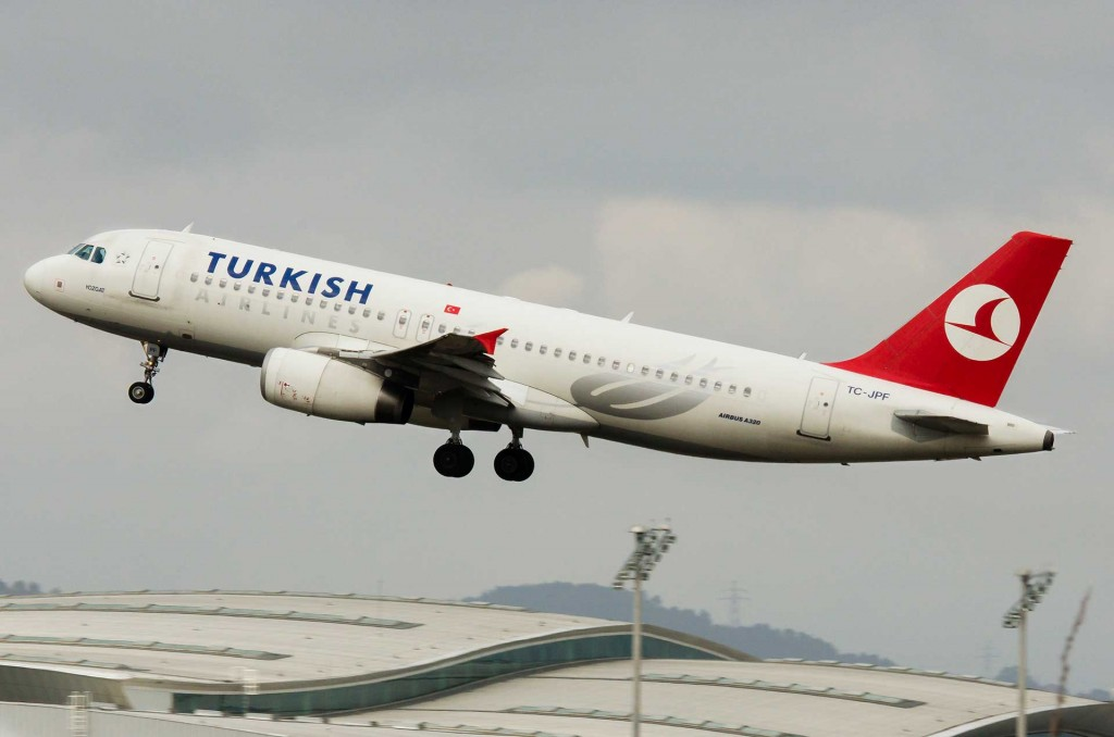 Turkish airlines Airbus A320 take-off.