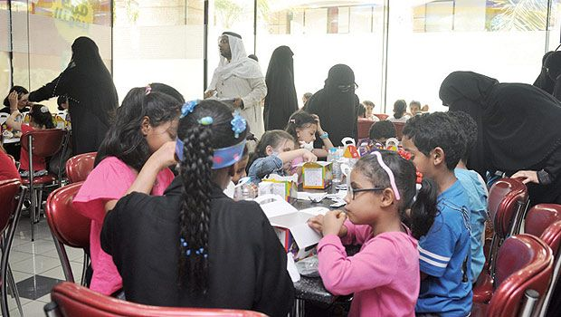 Children with visual disabilities enjoy their food at a restaurant. (Photo credit: arabnews)